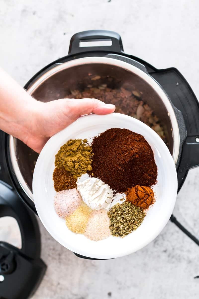 Chili Con Carne | homemade chili recipes | how to make chili con carne | cold weather recipes | soup recipes | homemade soup recipes | instant pot chili recipes | instant pot dinner recipes | instant pot meal ideas || Oh So Delicioso #chiliconcarne #chilirecipes #instantpot
