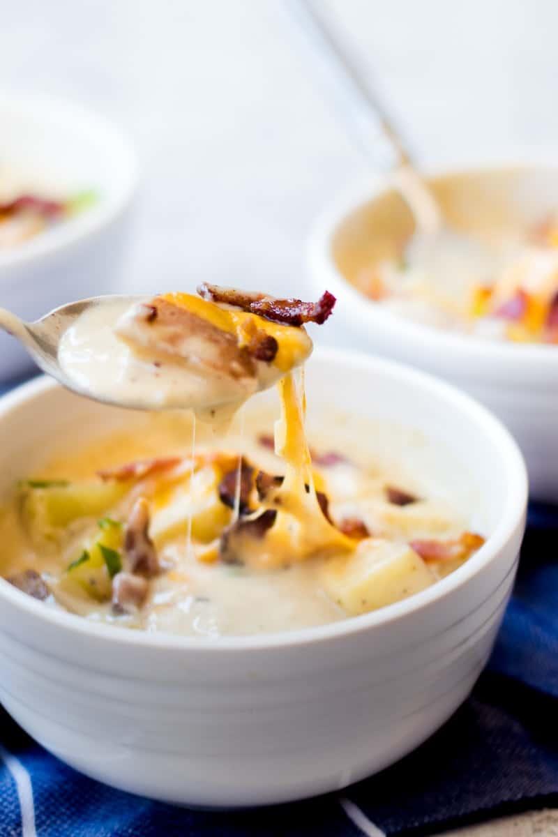 Baked Potato Soup | homemade soup recipes | how to make baked potato soup | potato recipe ideas | easy soup recipes | cold weather recipe ideas || Oh So Delicioso #souprecipes