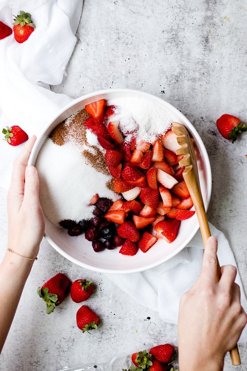 Tart Strawberry Rhubarb Pie | homemade pie recipes | homemade strawberry pie | homemade rhubarb pie | easy pie recipes | how to make a homemade pie || Oh So Delicioso #pierecipes #strawberryrhubarb #homemadepie #pie