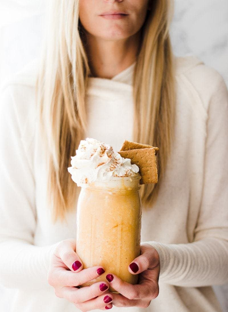Protein Pumpkin Pie Shake | pumpkin recipes | pumpkin protein shake | fall inspired recipes | homemade protein shake | healthy shake recipes | healthy drink recipes | protein shake recipes || Oh So Delicioso with @proyotreats #proteinshake #pumpkinrecipe #pumpkinshake #healthydrinks